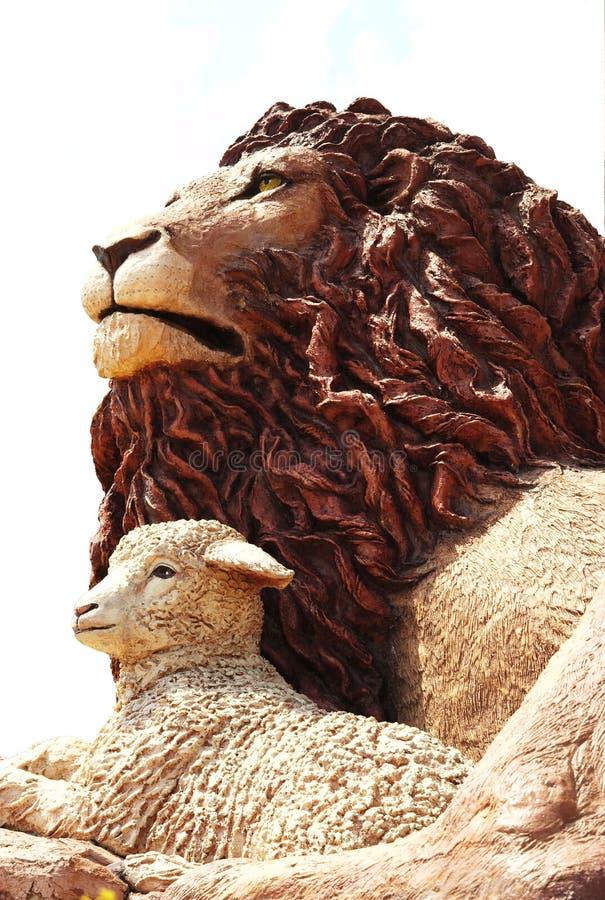 Leão e o cordeiro. fotos de stock royalty free