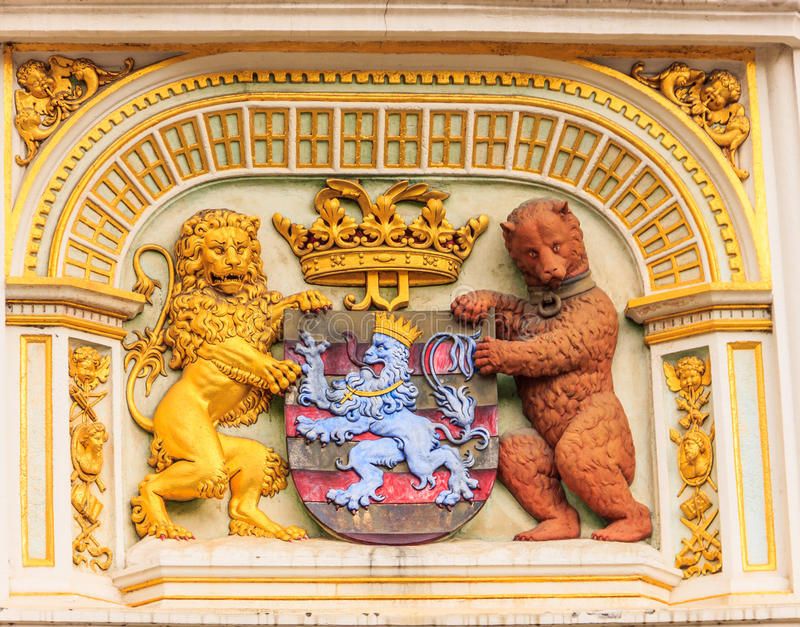 Leão e urso heráldicos, brasão da câmara municipal, o braço da cidade de Bruges, Bélgica, Europa fotografia de stock royalty free