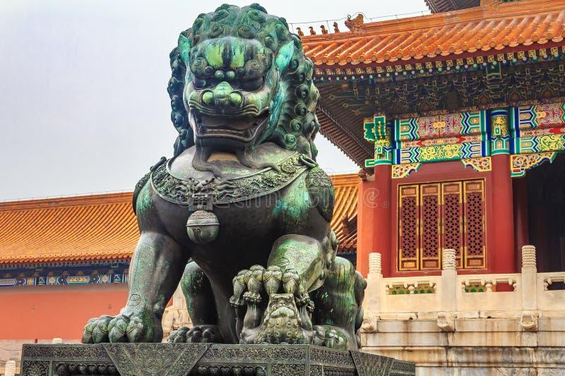 Leão imperial de bronze do guardião no Pequim famoso C da Cidade Proibida foto de stock
