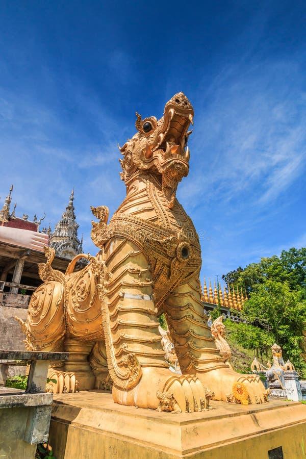 Leão na entrada de Wat Phra Mongkol Kiri, Tailândia foto de stock