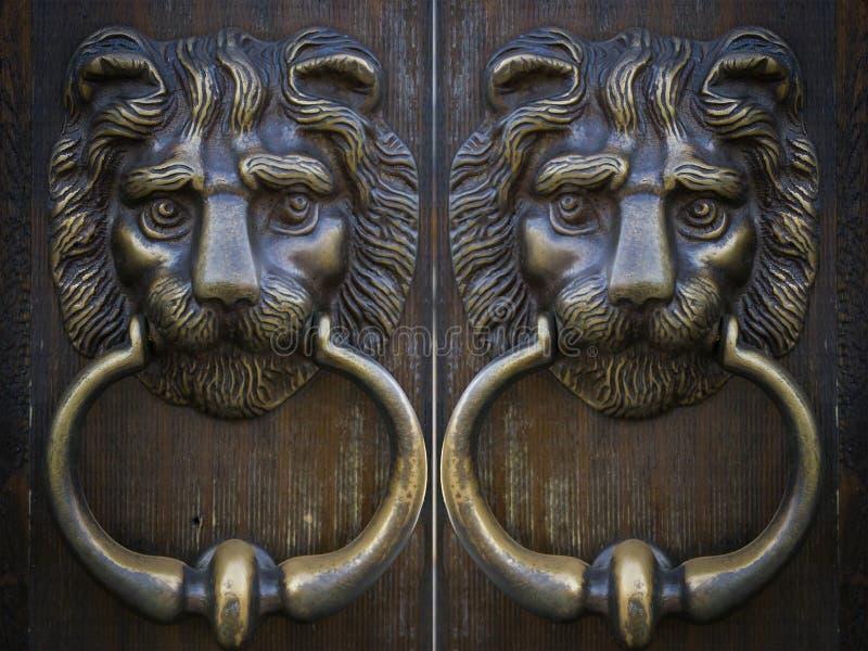 Leão oriental do metal da porta da aldrava do vintage imagens de stock royalty free