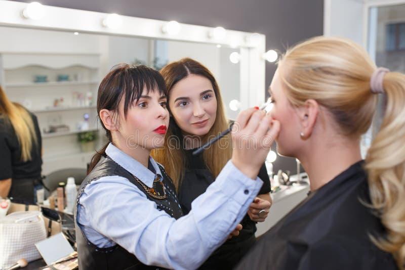 Leçon d'instruction de maquillage à l'école de beauté images stock