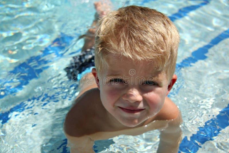 Leçon de natation d'enfant en bas âge images libres de droits
