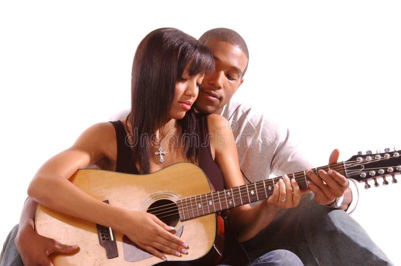 Leçon romantique de guitare image stock