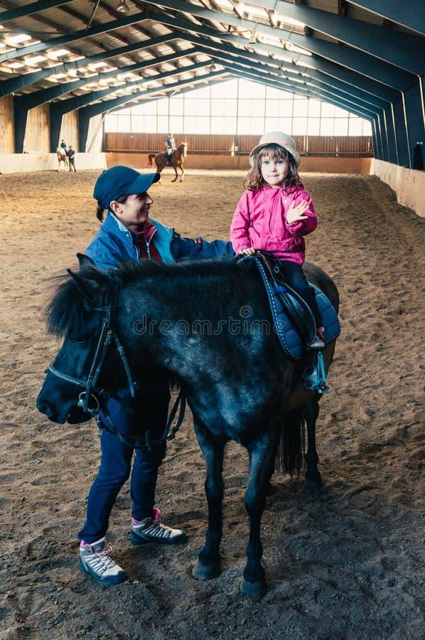 Leçons d'équitation images stock