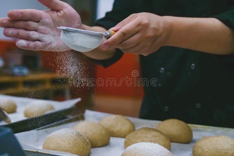 Leçons de cuisson, farine sur la pâte photo stock