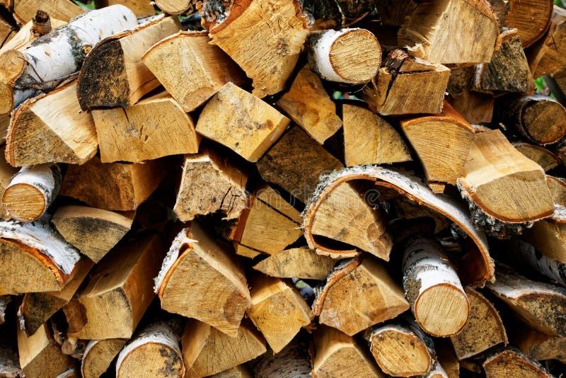 Leña apilada del abedul preparada para encender Artículos respetuosos del medio ambiente y naturales fotos de archivo