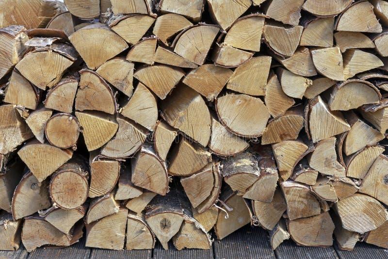 Leña apilada para encender una estufa, una chimenea, una barbacoa o una hoguera Antecedentes de la le?a Textura de madera foto de archivo
