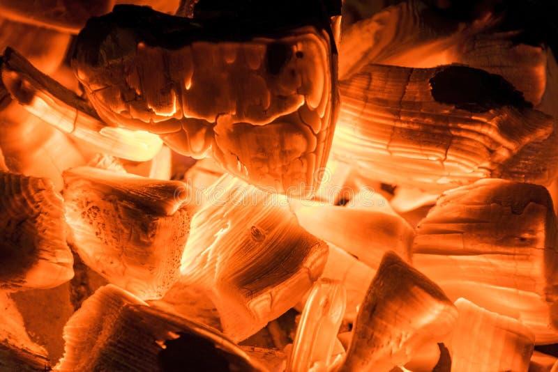Leña ardiente en el cierre de la chimenea para arriba, fuego del Bbq, fondo ardiente del carbón de leña, parrilla de la barbacoa imagenes de archivo