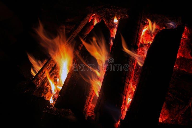 Leña ardiente en la chimenea foto de archivo