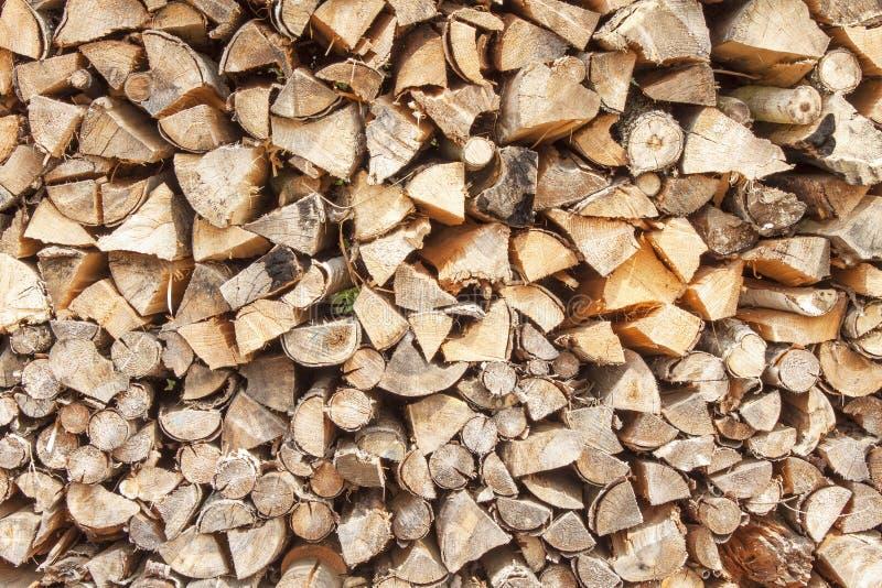 Leña lista Diversas clases de registros de madera apilados encima de uno a Pila de madera, leña, fondo imágenes de archivo libres de regalías