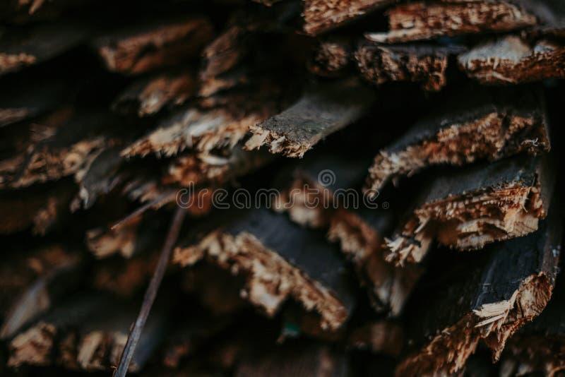 Leña, para el fuego, apilada en una pila plana Leña de la pared imagen de archivo