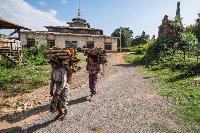 Leña que lleva del retrato el 15 de octubre en Birmania: El transporte fotos de archivo