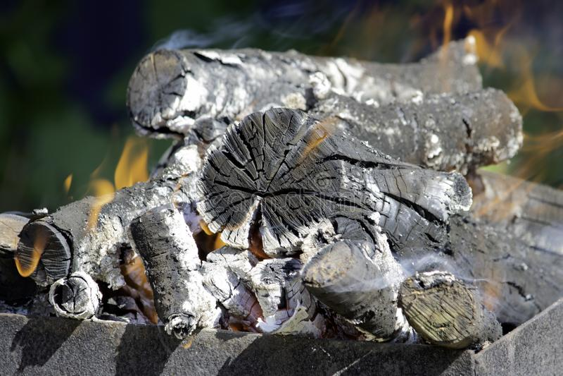 Leña que quema en un brasero del brasero, fuego, carbones, fondo foto de archivo libre de regalías