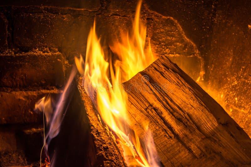 Leña que quema en un primer viejo de la chimenea imágenes de archivo libres de regalías