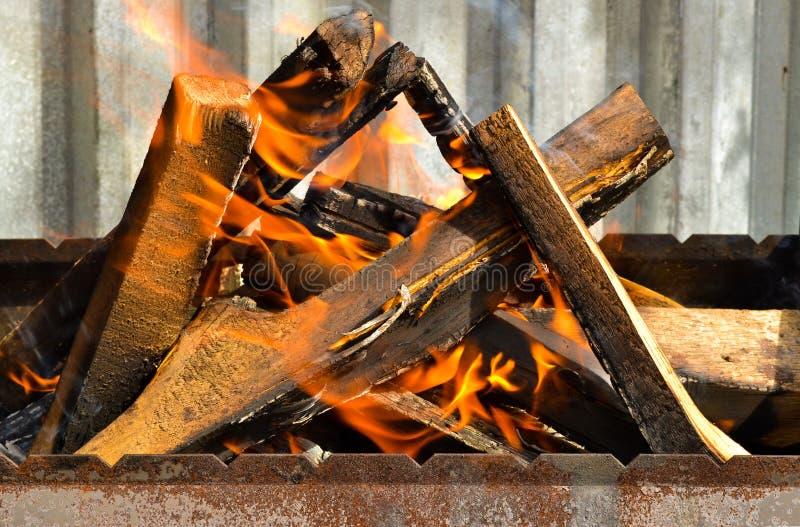 Leña quemada en el fuego imagenes de archivo