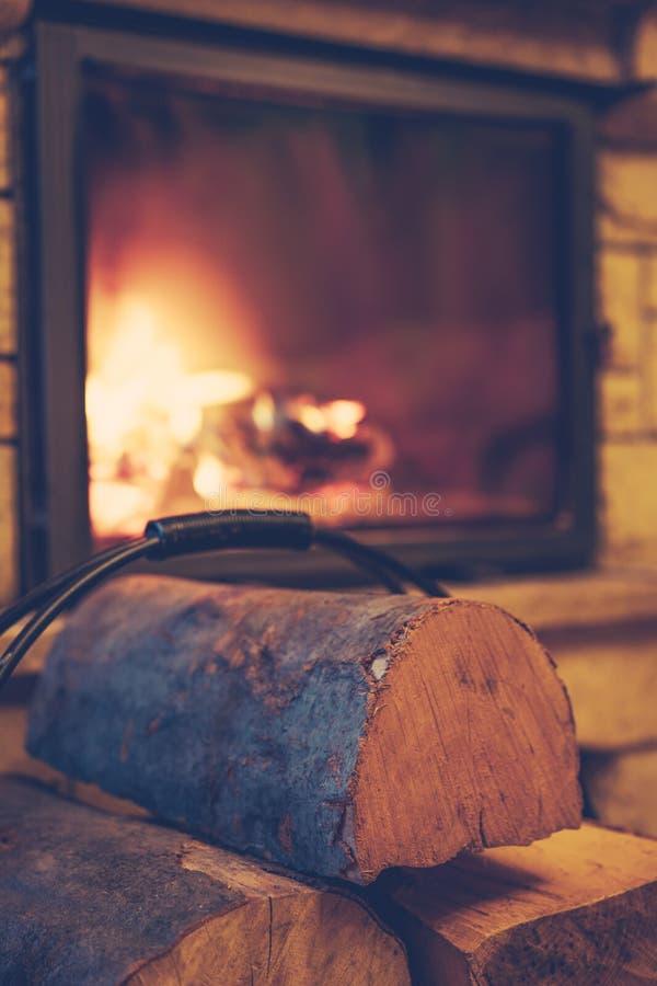 Leña y chimenea ardiente en casa imagen de archivo