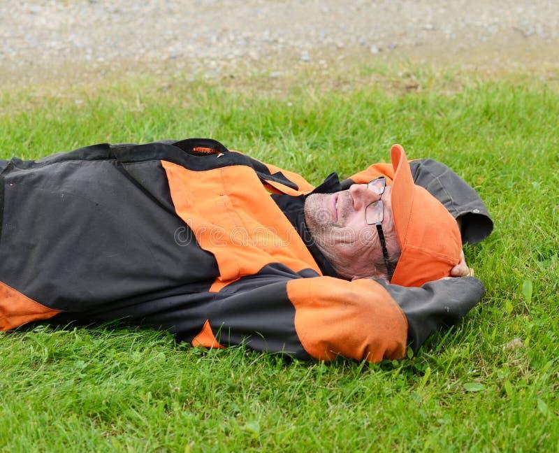 Leñador cansado y reclinación foto de archivo libre de regalías