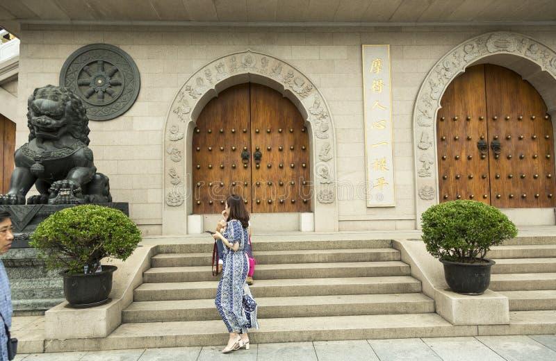 León como guarda en la entrada del templo en Shangai, China imágenes de archivo libres de regalías