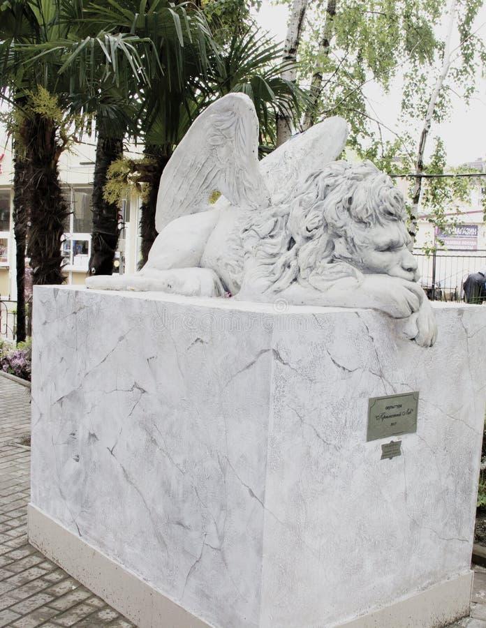 León con las alas fotografía de archivo