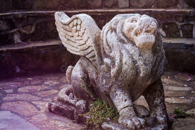 León con las alas de la piedra fotos de archivo