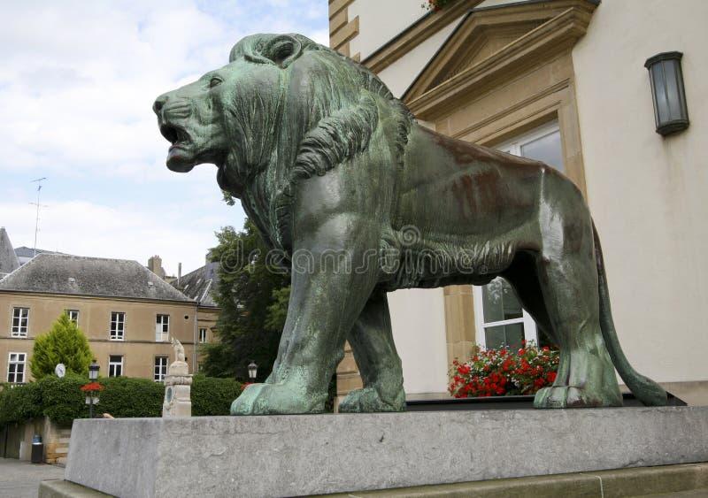 León de bronce en ayuntamiento Luxemburgo imagen de archivo