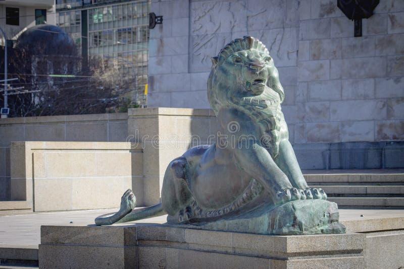 León de bronce en la base de Wellington Cenotaph fotografía de archivo