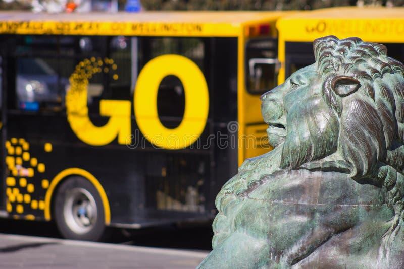 León de bronce en la base de Wellington Cenotaph imagen de archivo