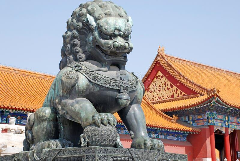 León de bronce en la ciudad prohibida (Pekín, China) imagenes de archivo