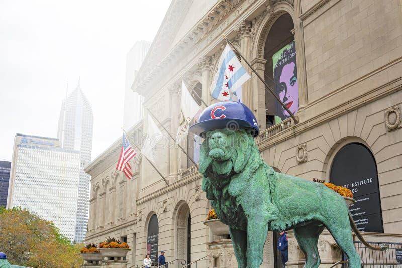 Le?n de bronce que lleva el sombrero de los Chicago Cubs fotos de archivo