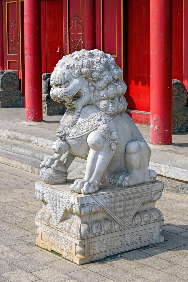 León de piedra chino en la puerta del templo chino fotos de archivo libres de regalías