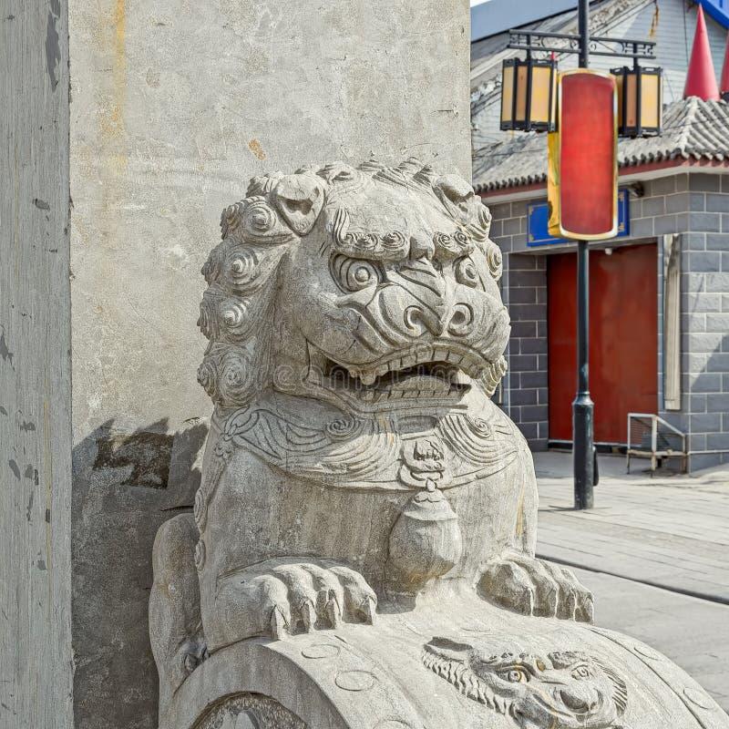 León de piedra chino en la puerta del templo chino foto de archivo libre de regalías
