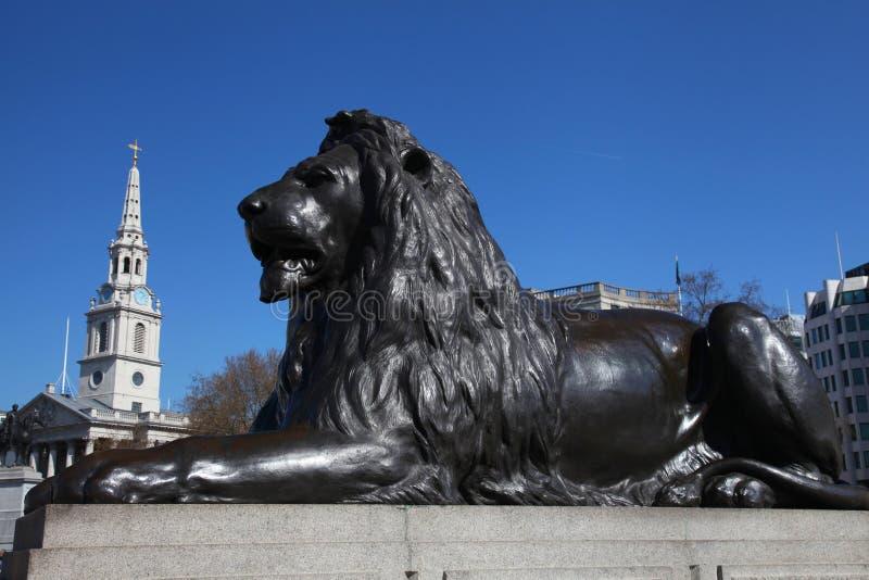 León en el cuadrado de Trafalgar de Londres foto de archivo