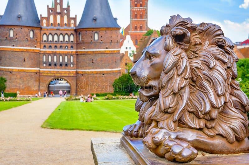 León melancólico Lubeck, Alemania imagen de archivo