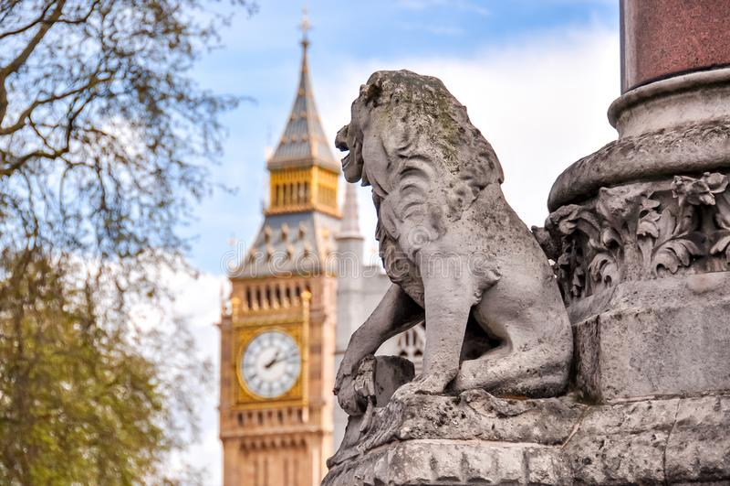 León mirando el reloj Big Ben, Londres, Reino Unido fotografía de archivo libre de regalías