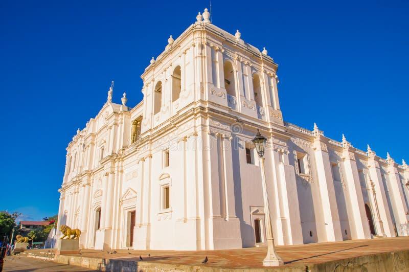 LEÓN, NICARAGUA, MAYO, 16, 2018: Vista al aire libre de la estructura de edificio blanca de Catedral de la Ascuncion de Maria, `  imagenes de archivo