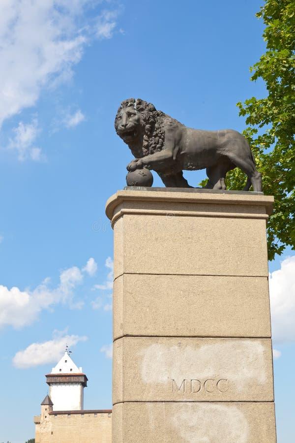 León sueco del monumento en Narva, Estonia fotos de archivo
