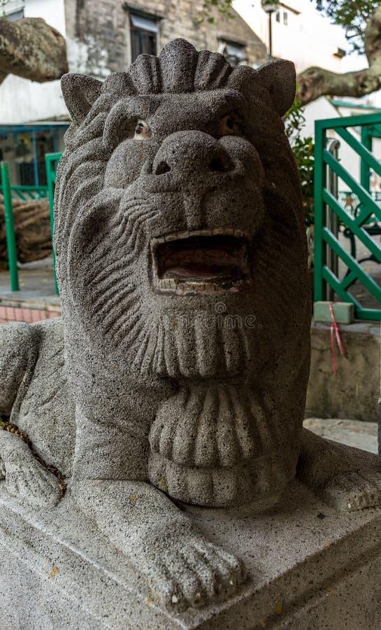 León tallado en la entrada del templo del Taoist en la isla de Lamma foto de archivo libre de regalías