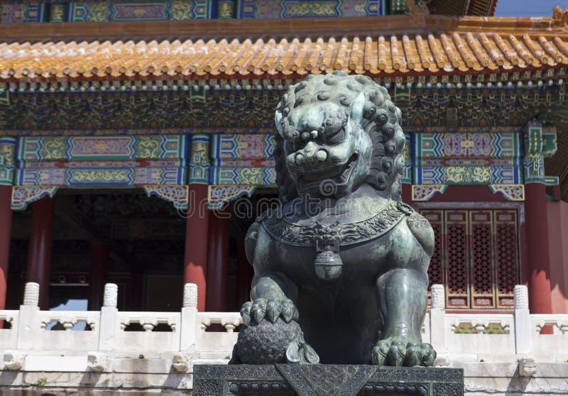 Leões de pedra da arquitetura antiga chinesa foto de stock royalty free