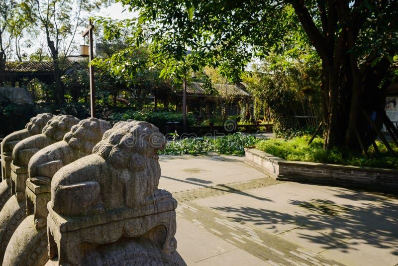 Leões de pedra do Wayside no meio-dia ensolarado do inverno imagens de stock