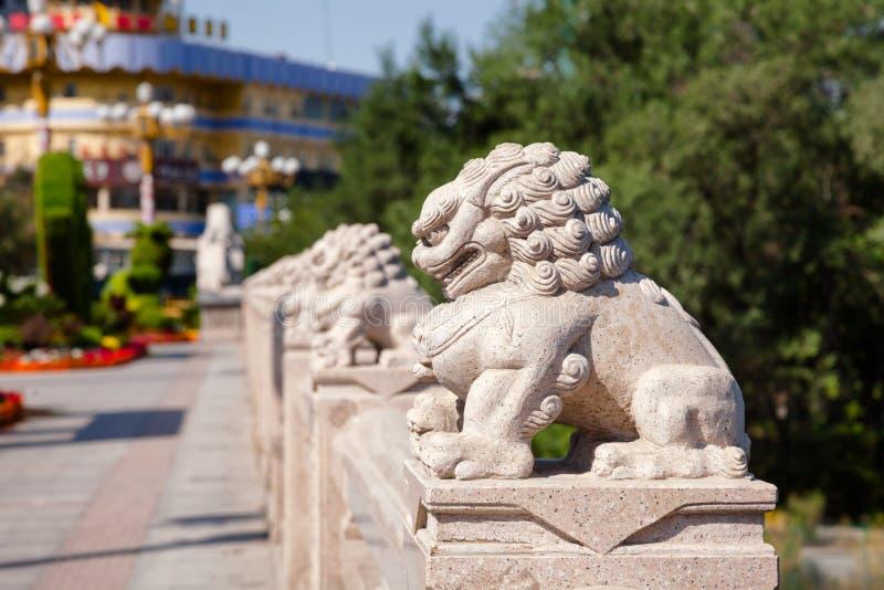 Leões de pedra Xi na ponte Urumqi Xinjiang China de Daqiao fotos de stock royalty free
