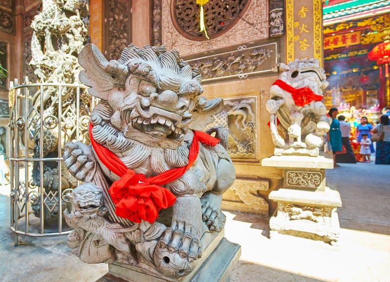 Leões do guardião, decorados ao festival de mola, Qingfu Temple, Yangon, Myanmar imagem de stock