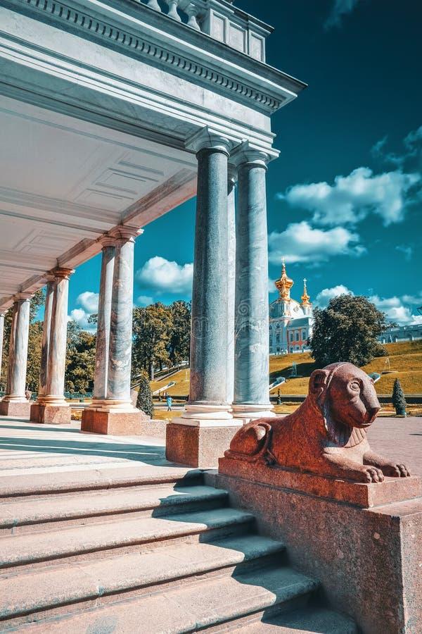 Leões em Pertergof, São Petersburgo, Rússia imagem de stock