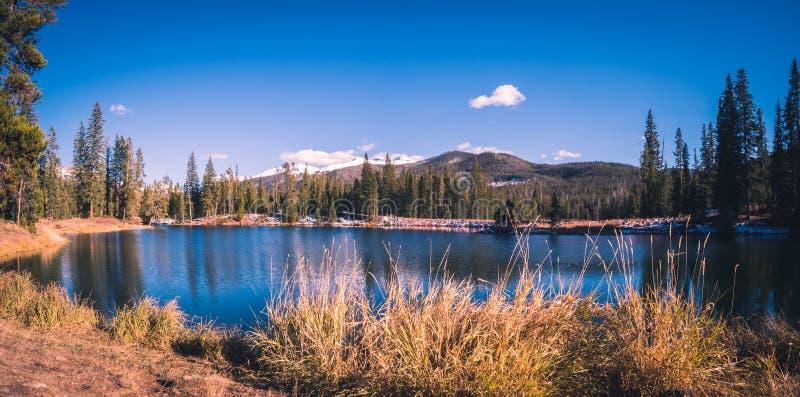 Leśniczy jeziora w Kolorado z górami w tle obrazy royalty free