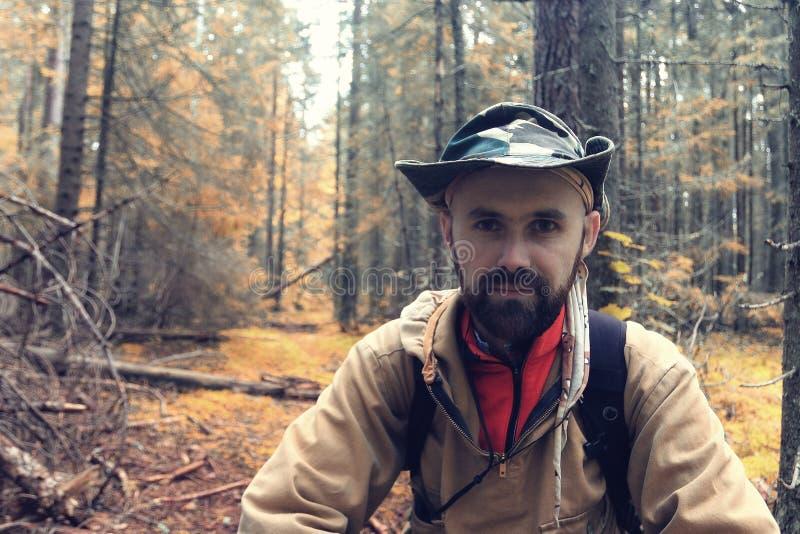 Leśniczy w jesień lesie obrazy royalty free