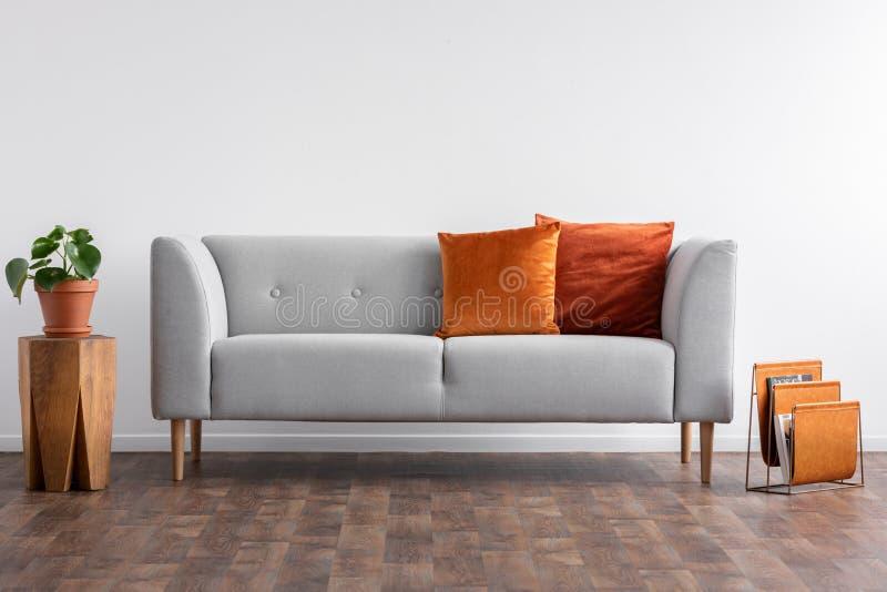 Leżanka z poduszkami między drewnianym stołem i gazeta organizatorem, istna fotografia z kopii przestrzenią na pustym bielu obrazy royalty free
