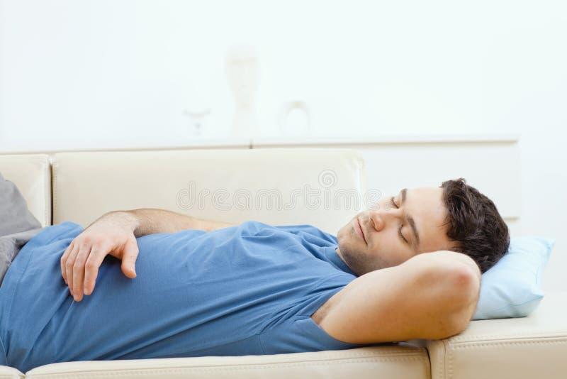 leżanki mężczyzna dosypianie zdjęcie royalty free