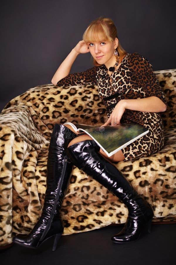leżanki mody magazyn czyta siedzącej kobiety obrazy stock