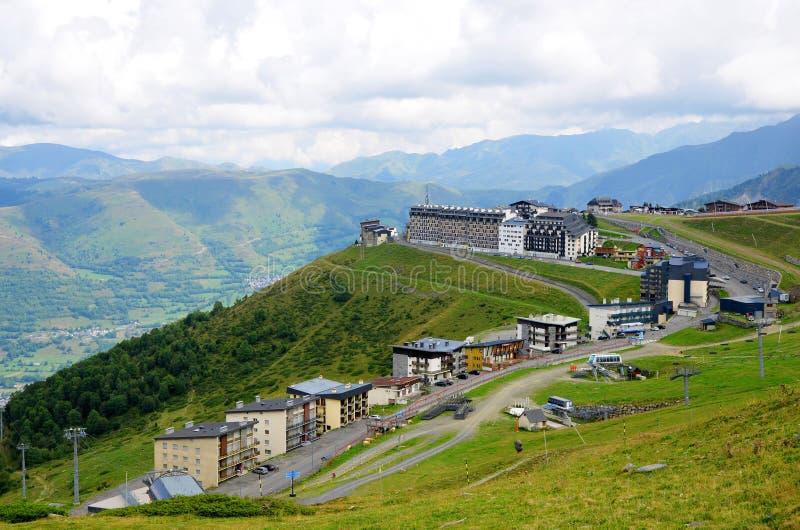 Le  Adet de Pla Ä de station de sports d'hiver situé au-dessus du village du saint Lary Soulan en montagne de Pyrénées france image stock