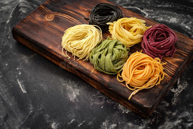 Le ¡ de Ð oloured des pâtes de nid de spagetti à bord photo stock